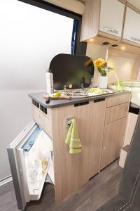 Matkailuauto Road Car R540 - keittiö • esarent.fi