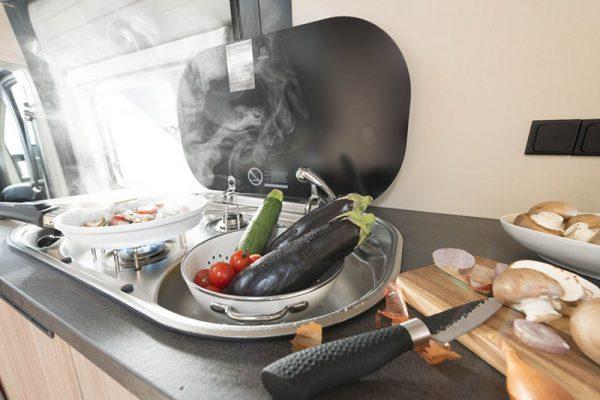 Matkailuauto R640 - keittiö