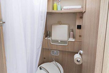 Matkailuauto R640 - vessa ja suihkutilat